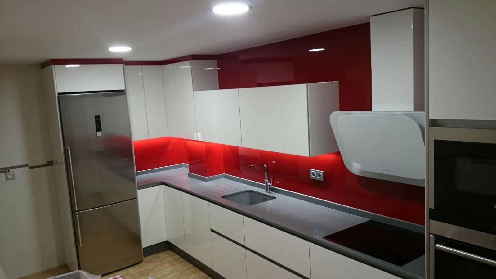 cocina luxe blanco brillo, frontal cristal rojo