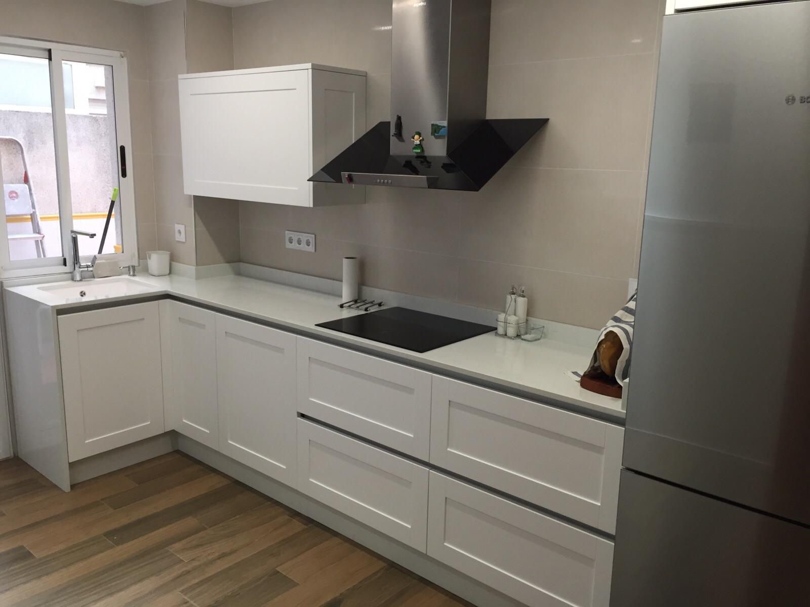 Cocina blanca enmarcada lacado satinado actualcocinas for Cocinas blancas 2016