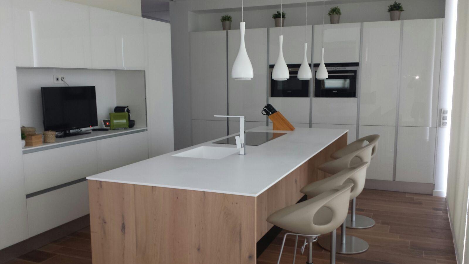 Cocina blanca de cristal templado