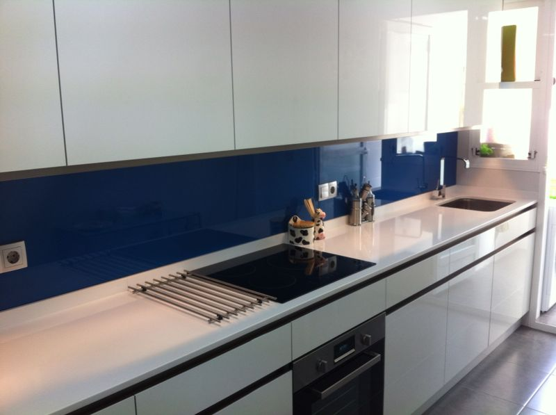 Cocina blanca brillo frontal cristal azul actualcocinas - Frontales de cocina ...