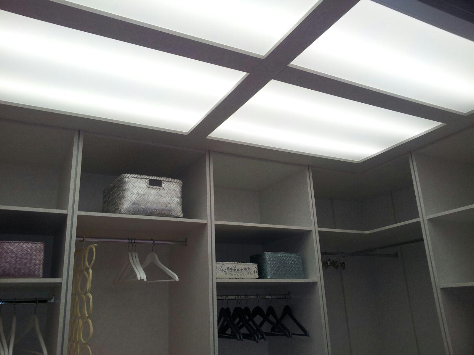 Techo sobre vestidor abierto con luz.