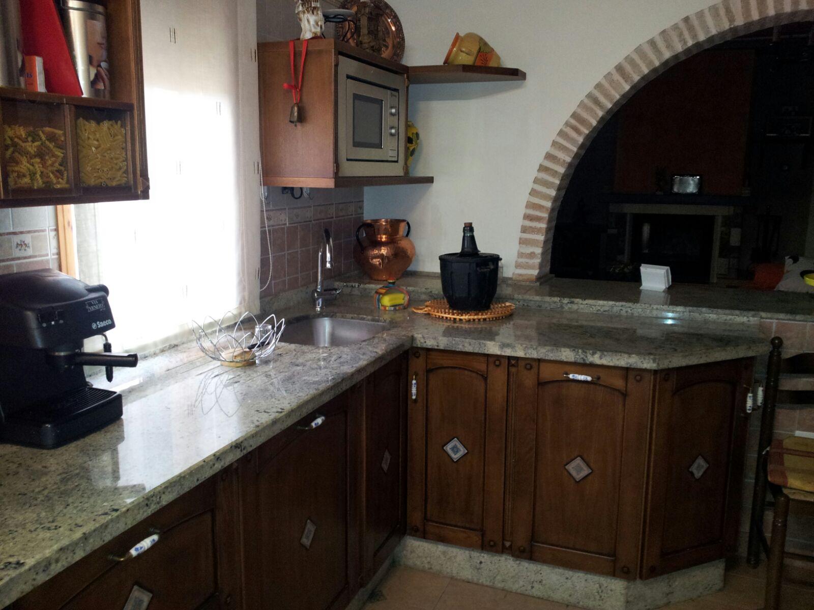 Cocina cerezo enmarcado azulejo incrustado
