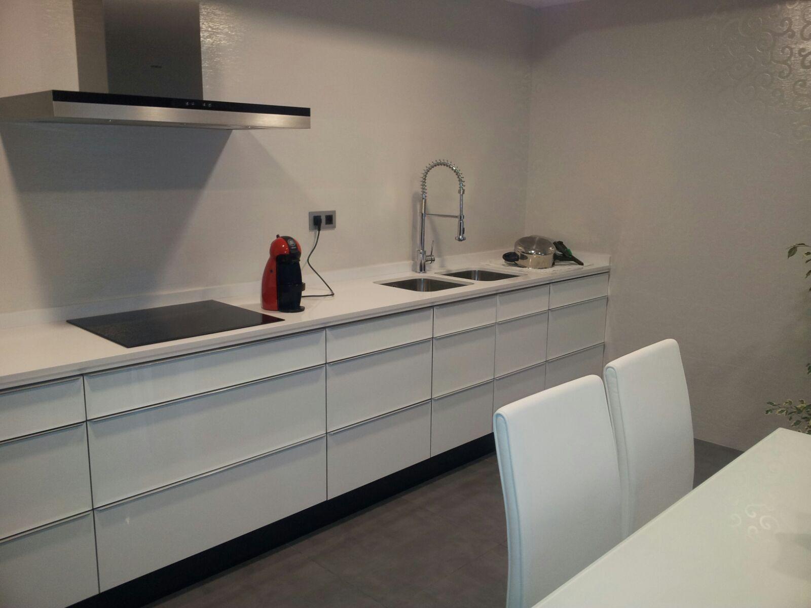 Cocina blanca brillo tirador aluminio