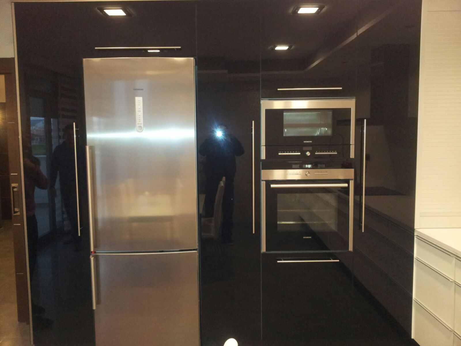 Cocina blanca brillo tirador aluminio continuo